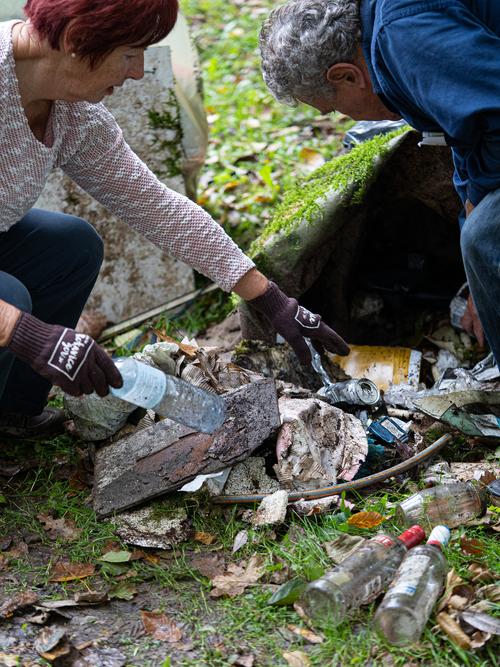 <p>  Tudi ob potokih še vedno najdemo veliko odpadkov.<br>  <br>  foto: Luka Šparl<br> </p>