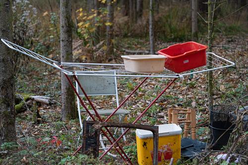 <p>  Zelo težko je razumeti, zakaj je nekomu odpadke lažje odpeljati in odložiti v najbližjem gozdu, namesto ustrezne odstranitve na za to namenjenih zbirnih centrih.<br>  Vsi si delimo naše življenjsko okolje, ne pozabimo tega.<br>  <br>  foto: Luka Šparl </p>