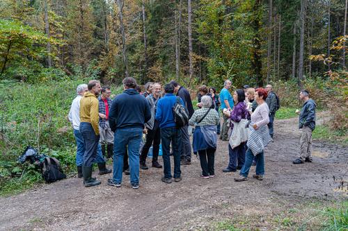 <p>  Kar 40 ljudi je sodelovalo pri čistilni akciji na območju<a> Krajinskega parka Tivoli, Rožnik in Šišenski hrib.<br>  <br>  foto: Luka Šparl<br>  </a> </p> <p>  . </p>