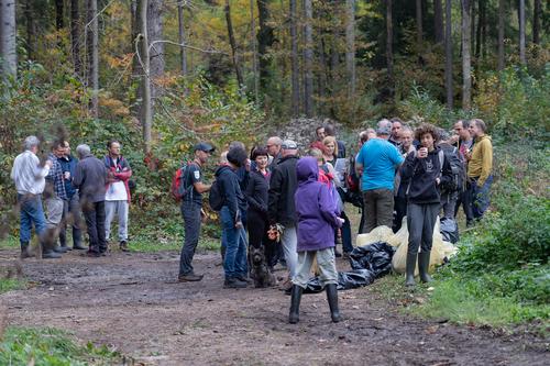 <p>  Udeleženci akcije med zasluženo malico.<br>  <br>  foto: Luka Šparl </p>