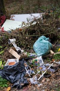 <p>  Med najdenimi odpadki je bilo tudi veliko zelenega odreza, ki ga tokrat nismo odstranjevali.<br>  <br>  foto: Luka Šparl </p>