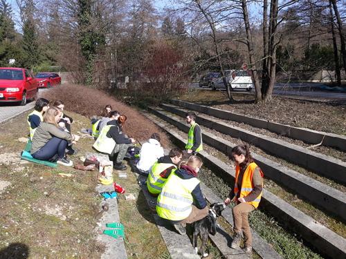 <p>  Člani društva in prostovoljci pri letošnji akciji postavljanja ograje; Foto: Luka Šparl </p>