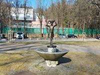 <p>  Fontana Deček s posodo </p> <p>  Foto: Mateja Nose Marolt </p>
