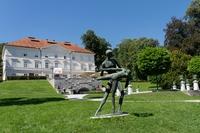 <p>  Balet, bronast kip plesalca in plesalke je delo kiparja Stojana Batiča iz leta 1957.<br>  Foto: Luka Šparl </p>
