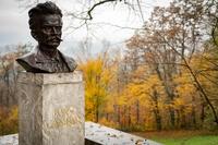 <p>  Bronasto portretno doprsje pisatelja I. Cankarja (kipar F. Smerdu, 1948) na visokem kamnitem slopu z vklesanim posvetilom. Postavljen ob 30-letnici pisateljeve smrti. </p>  Foto: Luka Šparl