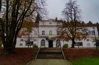 <p>  Cekinov grad - dvonadstropni poznobaročni dvorec s centralno vežo, dvojnim stopniščem in veliko poslikano dvorano v nadstropju.<br>  Foto: Luka Šparl </p>