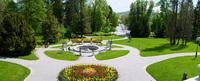 <p>  Plečnikova promenada - široka peščena površina z nizom betonskih svetilk na sredini je ena najpomembnejših Plečnikovih del. </p> <p>  Foto: Artinfoto.si </p>