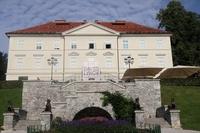 <p>  Tivolski grad - dvonadstropni dvorec zgrajen v prvi polovici 17. stol., predelan v tretji četrtini 19. stol. Danes v njem mednarodni grafični likovni center.<br> </p> <p>  Foto: Luka Šparl </p>
