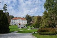 <p>  Tivolski grad - dvonadstropni dvorec zgrajen v prvi polovici 17. stol., predelan v tretji četrtini 19. stol. Danes v njem mednarodni grafični likovni center. </p> <p>  Foto: Artinfoto.si </p>