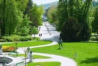 <p>  Plečnikova promenada - široka peščena površina z nizom betonskih svetilk na sredini je ena najpomembnejših Plečnikovih del. </p>  <span style=